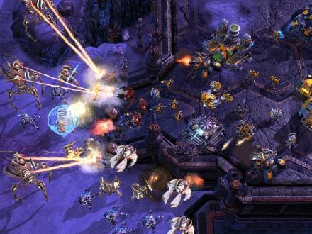 Screenshot de Starcraft 2: Un juego RTS (Real Time Startegy) donde se desafía la capacidad de multicomandos y admnistración de recursos